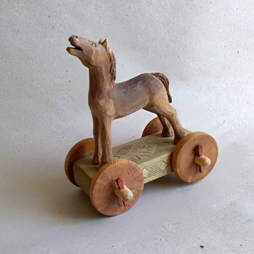 Medinis žirgelis su ratukais
