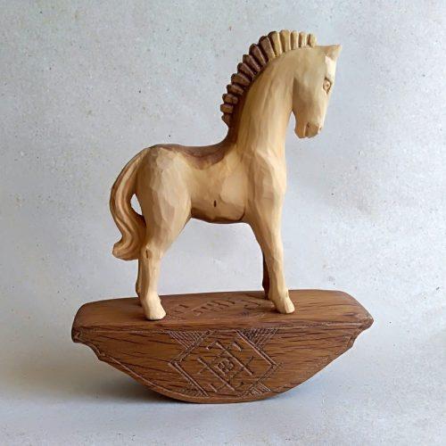 Medinis žirgelis su sūpuokle